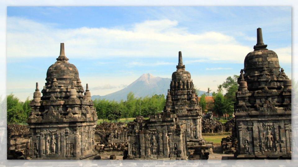 Gunung Merapi diantara tiga Candi Pengapit di Candi Sewu