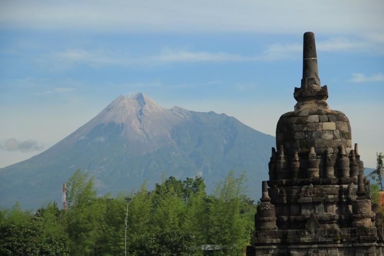 Puncak Merapi dan Stupa Candi Sewu, diantara banyak legenda dan mitos