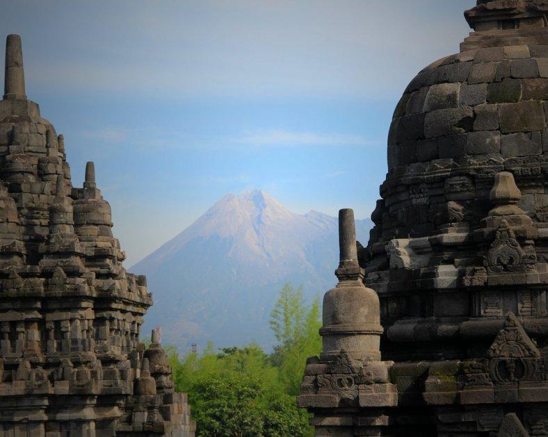 Gunung Merapi di antar Stupa Candi Sewu
