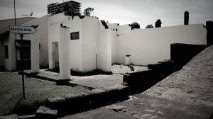 Sisa reruntuhan benteng yang dibiarkan