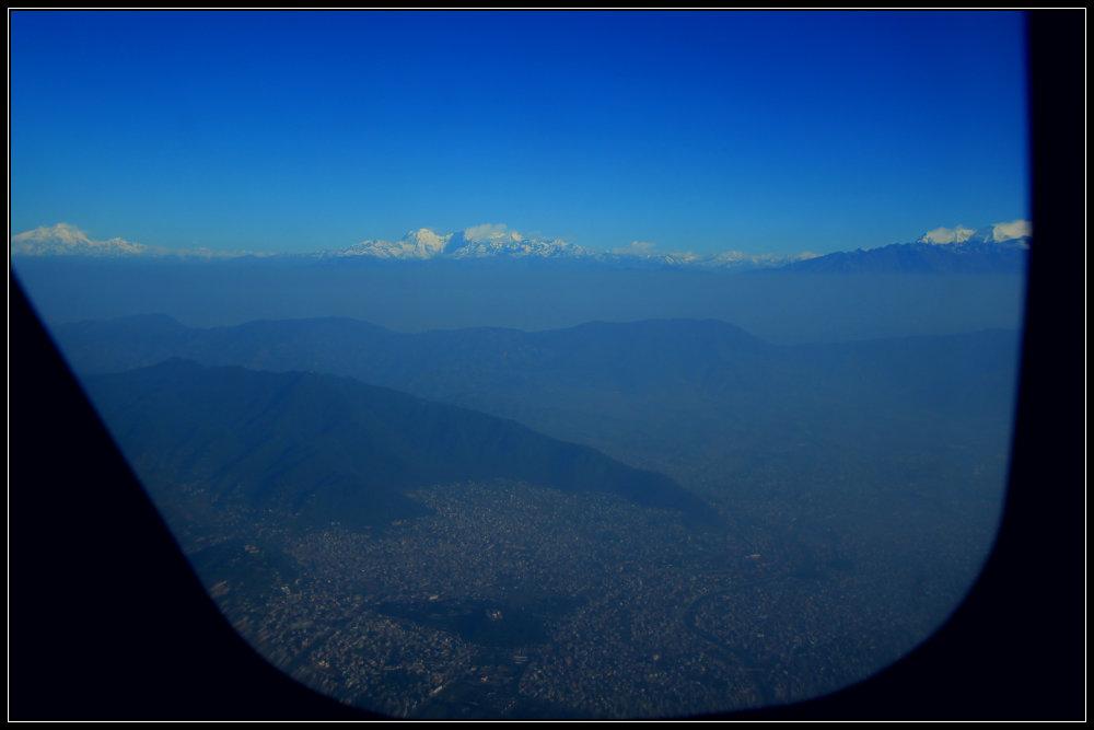 Pandangan Pertama dari Jendela - Ganesh Himal di kiri & Langtang di tengah