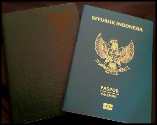 Paspor Lama dan E-Paspor yang Hijau Kebiruan