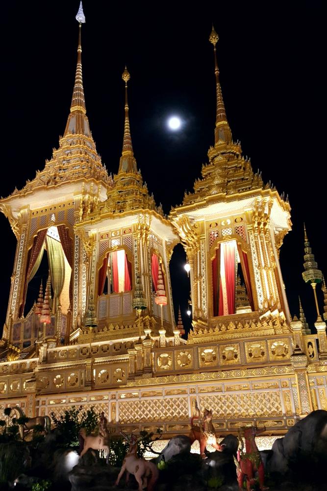 Moon and Phra Merumas