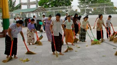 The Women , The Volunteer in Shwedagon Paya