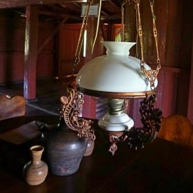 Lampu dan Kendi di Ruang Makan